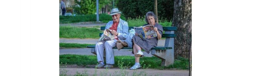 Seniors lisant le journal